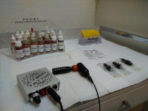 Bij dermatografie worden de pigmenten vaak gemengd om de juiste kleur te verkrijgen.